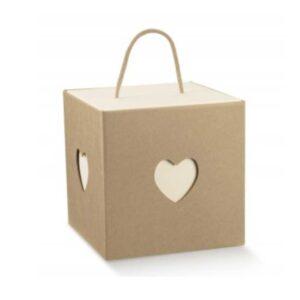 Caixa em cartão kraft e branco com recorte coração