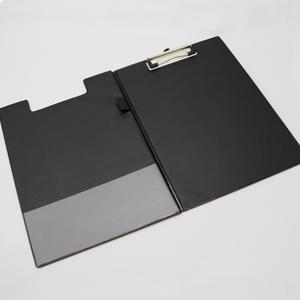 Capa para A4 revestida a PVC com mola de pressão, bolsa no verso e suporte para caneta