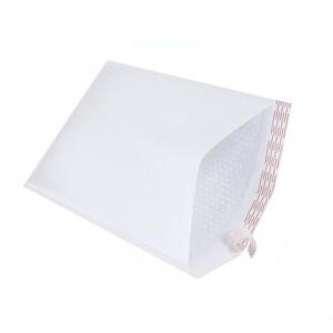 Envelopes em papel branco com proteção em plástico bolha de ar e pala autocolante.